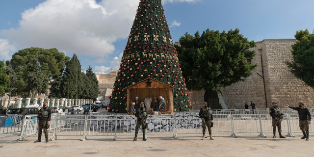 A Palestinian National security unit is deployed in Manger Square, adjacent to the Church of the Nativity, traditionally believed by Christians to be the birthplace of Jesus Christ, ahead of Christmas, in the West Bank city of Bethlehem, 수요일, 12 월. 23, 2020. (AP Photo/Nasser Nasser)