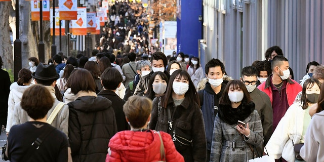 On Sunday, December 27, 2020, people wearing masks helped curb the spread of the coronavirus in Tokyo's Aoyama shopping street. Japan bans all foreign residents from entering the country in case of a new, more contagious variant of the coronavirus. All over the UK. The Ministry of Foreign Affairs stated that the entry ban will begin on Monday and will last until January 31.  (Yuka Ando / Kyodo News)