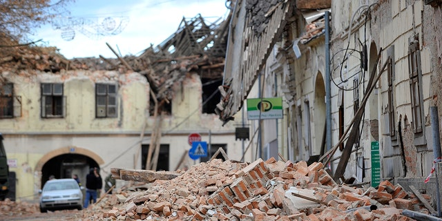 A view of buildings damaged in an earthquake in Petrinja, Croatia, Dinsdag, Des. 29, 2020. A strong earthquake has hit central Croatia and caused major damage and at least one death and some 20 injuries in the town southeast of the capital Zagreb. (AP-foto)