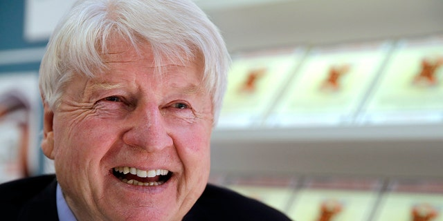 In hierdie Donderdag, Maart 16, 2017, lêerfoto, Stanley Johnson poses for a portrait as he talks to the Associated Press at the London Book Fair, in Londen, about his forthcoming thriller based around a fictitious Brexit scenario. (AP Photo/Alastair Grant, lêer)