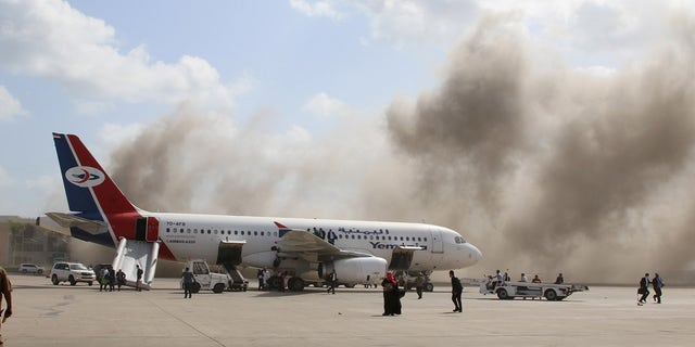 Dust rises after explosions hit Aden airport, upon the arrival of the newly formed Yemeni government in Aden, 12 월. 30. (로이터)