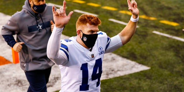 Dallas Cowboys quarterback Andy Dalton (14) runs off the field following an NFL football game against the Cincinnati Bengals in Cincinnati, Sondag, Des. 13, 2020. The Cowboys defeated the Bengals 30-7. (AP Photo/Aaron Doster)