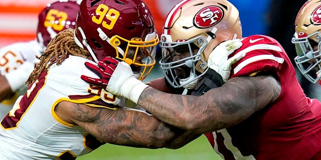 Washington Football Team defensive end Chase Young (99) and San Francisco 49ers offensive tackle Trent Williams battle during the first half of an NFL football game, Sondag, Des. 13, 2020, in Glendale, Ariz. (AP Photo/Ross D. Franklin)