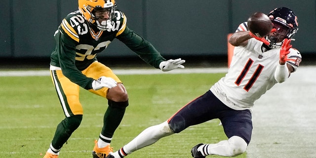 Chicago Bears' Darnell Mooney can't catch a pass in front of Green Bay Packers' Jaire Alexander during the second half of an NFL football game Sunday, Nov.. 29, 2020, in Groenbaai, Wys. The Packers won 41-25. (AP Photo/Morry Gash)