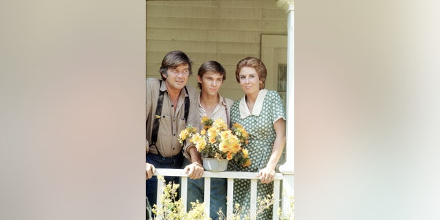 """Richard Thomas (中央) revealed he's still close with his """"Waltons"""" 家庭, especially Michael Learned (对)."""