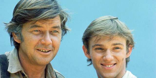 """Ralph Waite, who played the patriarch in """"The Waltons,"""" (剩下) passed away in 2014 在年龄 85."""