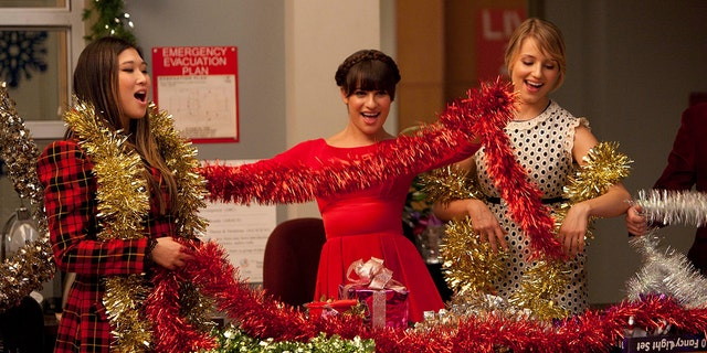 "왼쪽에서 오른쪽으로: Jenna Ushkowitz, Lea Michele and Dianna Agron in the ""Glee"" episode ""Extraordinary Merry Christmas."" (FOX Image Collection via Getty Images)"