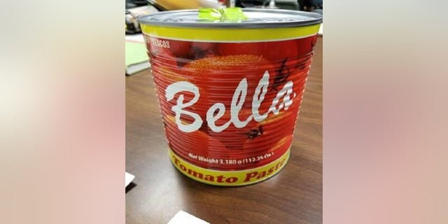 A traveler was caught with cocaine inside a can of tomato paste in a New York City airport, hanno detto le autorità.