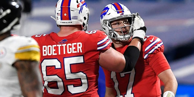 Buffalo Bills quarterback Josh Allen (17) begins to celebrate with Ike Boettger as he looks at the scoreboard at the end of the second half of an NFL football game against the Pittsburgh Steelers in Orchard Park, N.Y., Sondag, Des. 13, 2020. The Bills won 26-15. (AP Foto / Adrian Kraus)