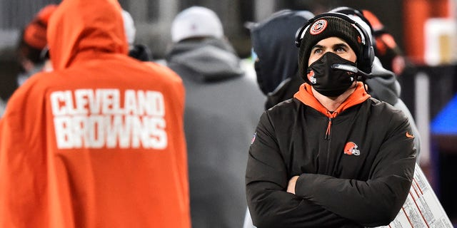 Cleveland Browns head coach Kevin Stefanski watches late during the second half of an NFL football game against the Baltimore Ravens, 월요일, 12 월. 14, 2020, 클리블랜드. The Ravens won 47-42. (AP Photo/David Richard)