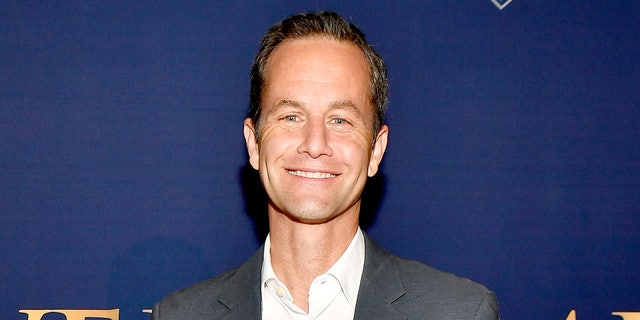 Actor Kirk Cameron has received criticism from his fellow 'Growing Pains' co-star Jeremy Miller who opposed his recent caroling protests in Los Angeles, 牛犊.