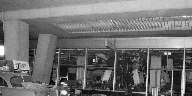 A solitary police rescue officer scans debris at New York's La Guardia Airport, Dic. 29, 1975, after a power explosion demolished a terminal baggage claim area. Almeno 11 persons were killed. (Foto AP)
