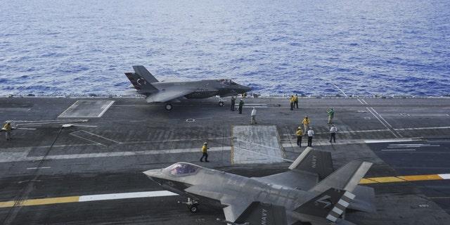 اقیانوس اطلس (14 آگوست 2016) انواع F-35C Lightning II به اسکادران هوایی Salt Dog (VX) 23 اختصاص داده شده است ، کابین در کابین پرواز ناو هواپیمابر USS George Washington (CVN 73).  VX-23 در حال انجام مرحله سوم و نهایی آزمایش توسعه (DT-III) روی جورج واشنگتن در اقیانوس اطلس است - پرونده عکس.
