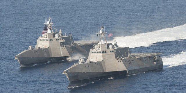 The littoral combat ships USS Independence (LCS 2), 왼쪽, and USS Coronado (LCS 4) underway in the Pacific Ocean - 파일 사진.