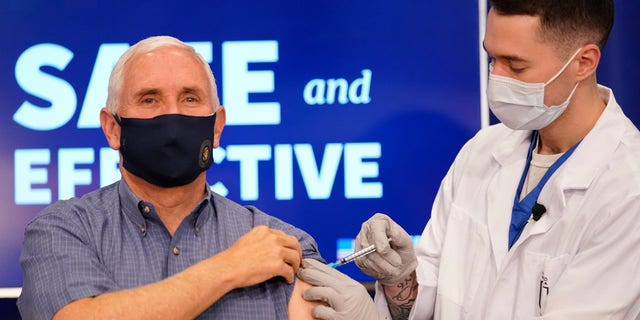 Vice President Mike Pence receives a Pfizer-BioNTech COVID-19 vaccine shot at the Eisenhower Executive Office Building on the White House complex, 星期五, 十二月. 18, 2020, 在华盛顿.