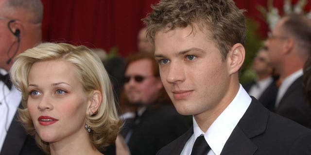 Reese Witherspoon and Ryan Phillippe at the 2002 Academy Awards. They were married from 1999 ...에 2007. (Photo by Vince Bucci/Getty Images)