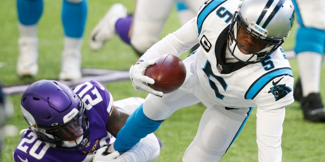Carolina Panthers quarterback Teddy Bridgewater (5) tries to break a tackle by Minnesota Vikings cornerback Jeff Gladney (20) during the second half of an NFL football game, Domenica, Nov. 29, 2020, in Minneapolis. (AP Photo/Bruce Kluckhohn)