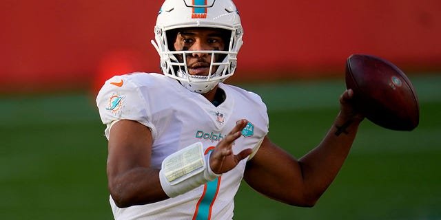 Il quarterback dei Miami Dolphins Tua Tagovailoa (1) looks to throw against the Denver Broncos during the first half of an NFL football game, Domenica, Nov. 22, 2020, a Denver. (AP Photo / David Zalubowski)