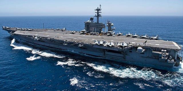 ناو هواپیمابر USS تئودور روزولت (CVN 71) از اقیانوس آرام عبور می کند.  تئودور روزولت عملیات شرقی را در شرق اقیانوس آرام انجام می دهد.  (عکس از نیروی دریایی ایالات متحده از طریق گتی ایماژ)