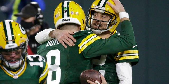 Green Bay Packers' Aaron Rodgers celebrates a touchdown pass with Tim Boyle (8) during the second half of an NFL football game against the Philadelphia Eagles Sunday, Des. 6, 2020, in Groenbaai, Wys. The pass was Rodgers' 400th career touchdown pass.(AP Photo/Mike Roemer)