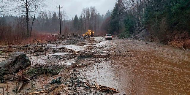 Damage from heavy rains and a mudslide 600 feet wide in Haines, Alaska, di mercoledì, Dic. 2, 2020. (Matt Boron/Alaska Department of Transportation and Public Facilities via AP)