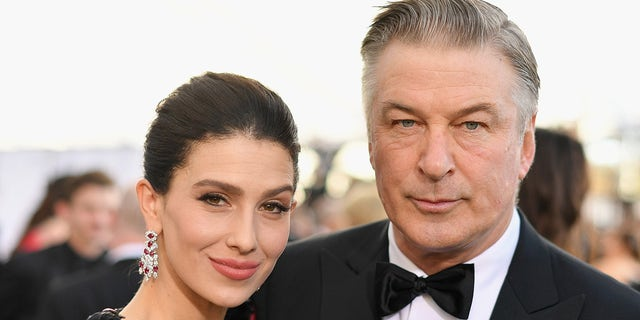 천사들, CA - 일월 27: Hilaria Baldwin (엘) and Alec Baldwin attend the 25th Annual Screen Actors Guild Awards at The Shrine Auditorium on January 27, 2019 로스 앤젤레스, 캘리포니아. 480543 (Photo by Mike Coppola/Getty Images for Turner)