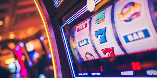 The odds of winning a jackpot prize from a slot machine are against most players. (iStock)
