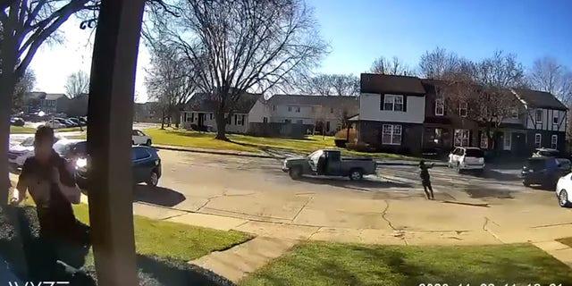용의자는 운전하기 전에 근거리에서 여성에게 총격을 가하는 것이 목격되었습니다..