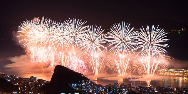 Rio de Janeiro, Brazil - 12 월 31, 2015: Worlds famous New Year firework show at Copacabana Beach.