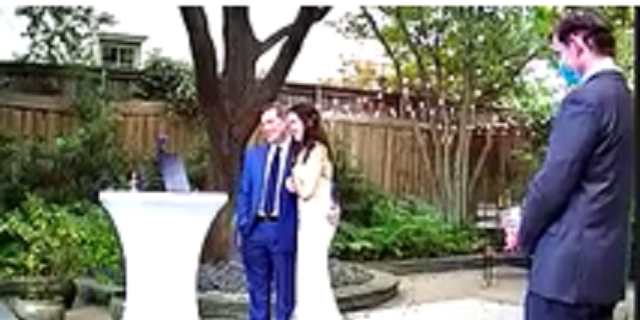 Dallas County Judge Clay Jenkins, destra, officiated a wedding on Oct. 9.