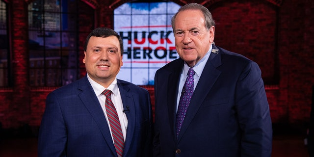 "Xavier DeGroat, a Michigan student, with former Gov. 마이크 허커비. DeGroat was honored as a ""hero"" on Huckabee's show in 2020."