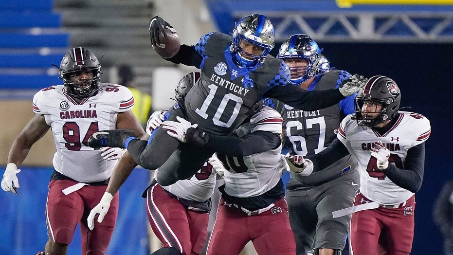 Rodriguez scores 3 TDs, Kentucky routs South Carolina 41-18