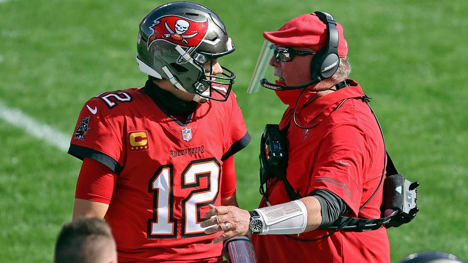 Brady throws for 2 TDs, Buccaneers wear down Vikings 26-14
