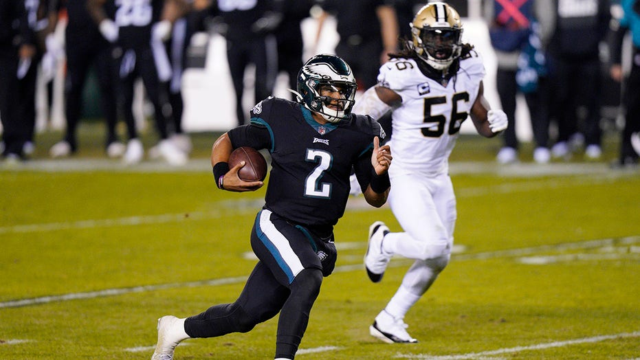 Jalen Hurts helps Eagles beat Saints 24-21
