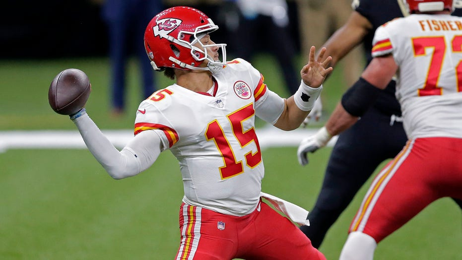 Mahomes' theatrics highlight Chiefs' 32-29 win over Saints