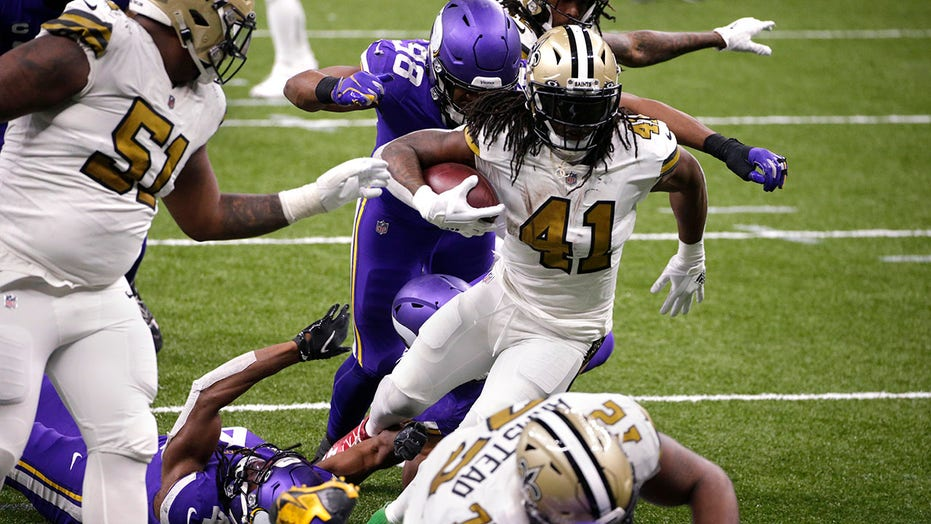 Saints' Alvin Kamara ties all-time NFL record with 6 rushing TDs in win over Vikings