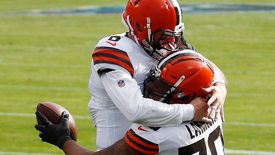 Browns' Baker Mayfield finds offensive lineman in end zone for TD vs. Titans