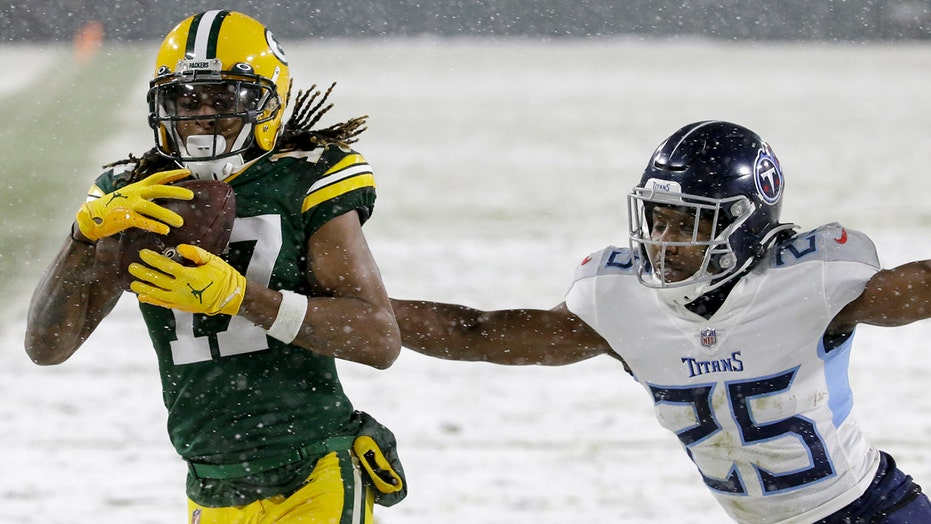 Adams shines in snow as Packers trounce Titans 40-14