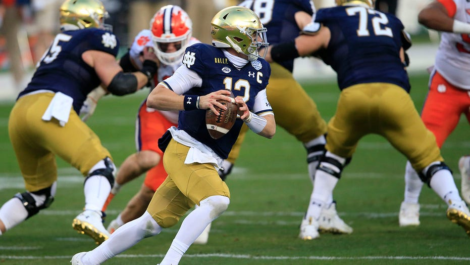 AP Top 25: Notre Dame over A&M in final regular-season poll