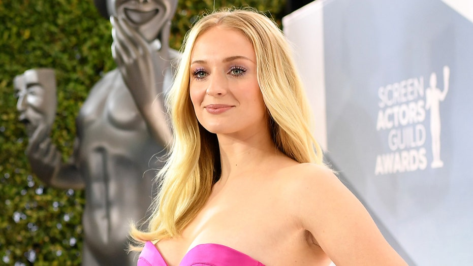 'GoT' star Sophie Turner says if she can 'wear a mask' while giving birth, 'you can wear a mask at Walmart'