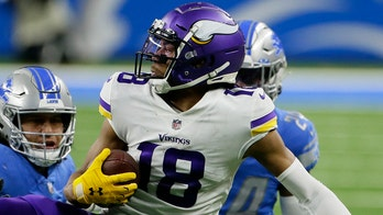 Justin Jefferson suffers apparent shoulder injury at Vikings training camp