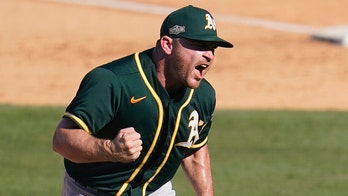 White Sox sign Liam Hendriks to 4-year deal, boosting bullpen