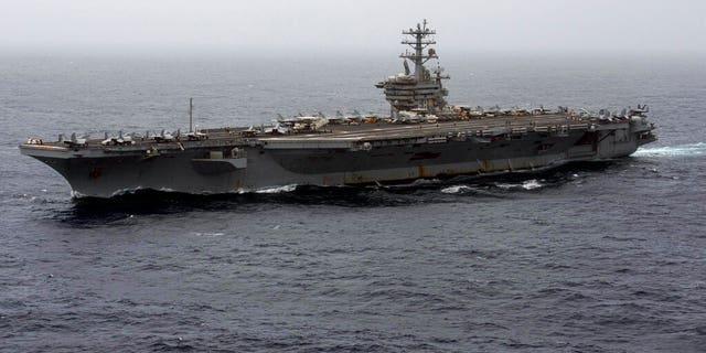 پرونده - در 7 سپتامبر سال 2020 ، یک عکس از پرونده ای که توسط نیروی دریایی ایالات متحده منتشر شده است ، ناو هواپیمابر USS Nimitz از دریای عرب عبور می کند.  پنتاگون روز پنجشنبه ، 31 دسامبر سال 2020 اعلام کرد که ناو هواپیمابر USS Nimitz ، تنها ناو هواپیمابر نیروی دریایی ارتش که در خاورمیانه فعالیت می کند ، به خانه خود به سواحل غربی ایالات متحده باز خواهد گشت.