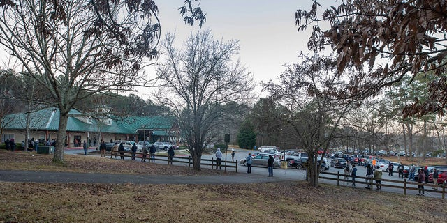 Voters wait in line to cast their ballots in Georgia's Senate runoff elections at a senior center, 화요일, 1 월. 5, 2021, in Acworth, Ga. (AP Photo/Branden Camp)