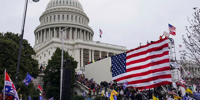 Trump supporters gather outside the Capitol, mercoledì, Jan. 6, 2021, a Washington. (AP Photo / John Minchillo)