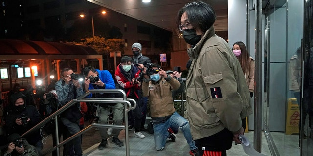 Mike Lam King-nam, who participated in the pro-democracy primary elections, leaves police station after being bailed out in Hong Kong, 목요일, 1 월. 7, 2021. (AP Photo/Kin Cheung)