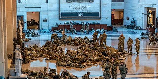 Hundreds of National Guard troops hold inside the Capitol Visitor's Center to reinforce security at the Capitol in Washington, mercoledì, Jan. 13, 2021. The House of Representatives is pursuing an article of impeachment against President Donald Trump for his role in inciting an angry mob to storm the Capitol last week. (Foto AP / J. Scott Applewhite)