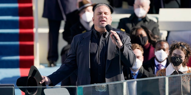 Garth Brooks sings Amazing Grace during the 59th Presidential Inauguration at the U.S. 华盛顿国会大厦, 星期三, 一月. 20, 2021.