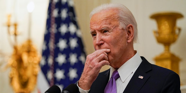 President Joe Biden pauses as he speaks about the coronavirus, accompanied by Vice President Kamala Harris, in the State Dinning Room of the White House, 星期四, 一月. 21, 2021, 在华盛顿. (美联社照片/亚历克斯·布兰登)
