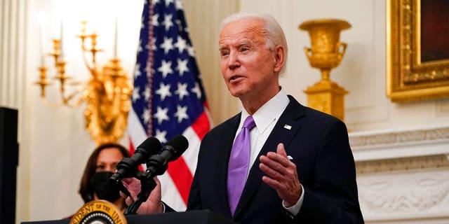 President Joe Biden speaks about the coronavirus, accompanied by Vice President Kamala Harris, in the State Dinning Room of the White House, 星期四, 一月. 21, 2021, 在华盛顿.